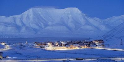 Longyearbyen med Hiortfjellet i bakgrunnen