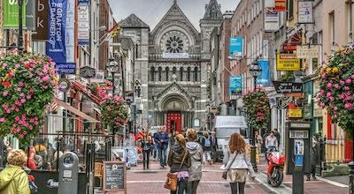 Berømt shoppingområde i Dublin, Irland. Grafton Street viser shoppere, butikker og kirke.