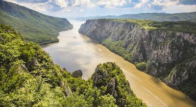 Iron Gate-juvet er den største juvet på Donauelven, som ligger på grensen til Serbia og Romania. Nasjonalparker er på begge sider av elven - Djerdap på serbisk side og Poré ile de Fier på rumensk.