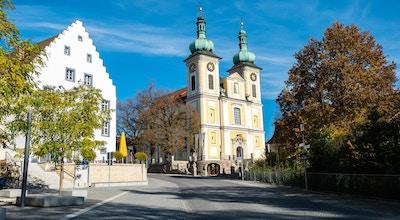 Kirke med trær og landsbygate