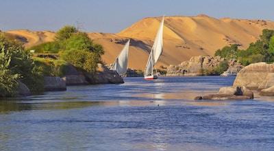 To typiske egyptiske seilbåter på Nilen nær Aswan og Elephantine Island.