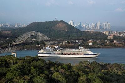 Cruiseskip som seiler under bro. Foto.