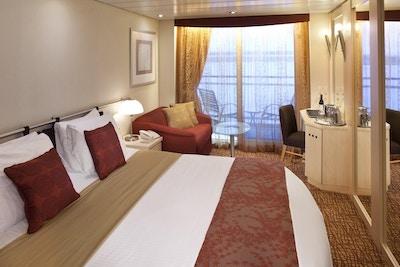 Lugar på skip med seng og bord. Foto