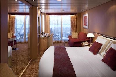 Lugar på cruiseskip med balkong og sittegruppe. Foto