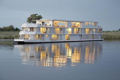 Skipet Zambezi Queen speiler seg i vannet. Foto.