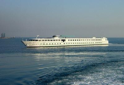 MS Rhone Princess på seilas utenfor fastlandet