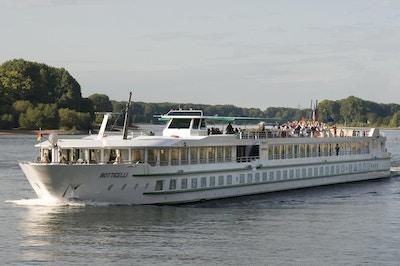 Elveskipet MS Botticelli seiler på Seinen med turister som nyter utsikten