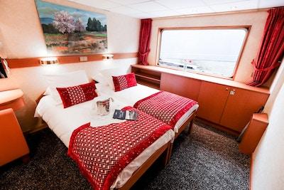 Lugar med dobbeltseng på hoveddekket ombord på skipet MS Rhone Princess