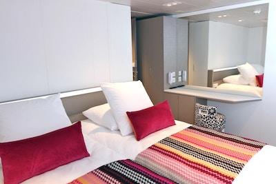 Lugar med dobbeltseng på øvre dekk ombord på MS Camargue