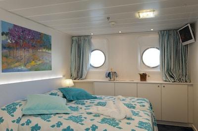 Kabin med to vinduer på hoveddekket ombord på MS Cyrano de Bergerac