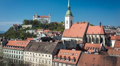 Bylandskap i Bratislava med kirke og slott