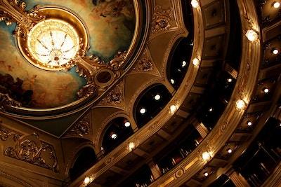 Gallerier og taket i et vakkert gammelt teater
