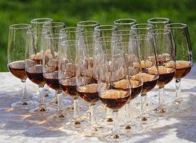 Vinglass med portvin på bord utendørs