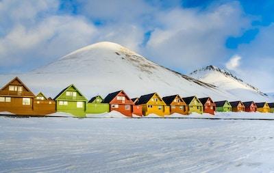 Fargerike hus i Longyearbyen-bebyggelsen på øya Spitsbergen, Svalbard, Norge