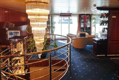 Lobby på elvecruiseskip med stor taklampe