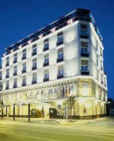 Hotell med gate i forgrunnen