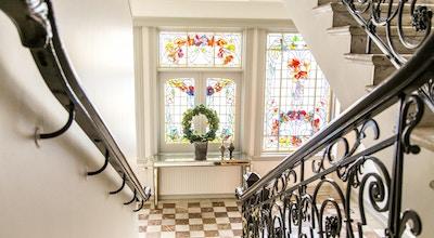 Trapperom med vakkert art deco vindu på Hotell Continental du Sud i Ystad, Sverige