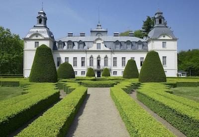 Kronovalls vinslott hvitmalt i fransk barokkstil