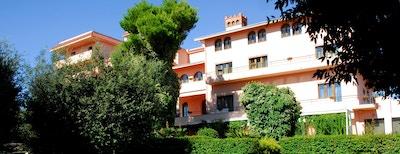 Park Hotel San Michele i Martina Franca, Italia. Rosa byggning.