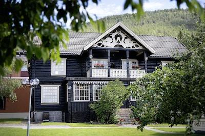 Straand Hotel i Vrådal med opprinnelse fra 1864. Den gamle tømmerbygningen lever videre som en sentral del av det nye hotellet.