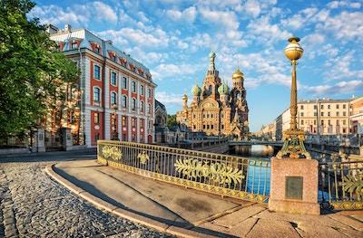 Frelseren om blod i St. Petersburg og en vakker lykt i lyset av morgensolen