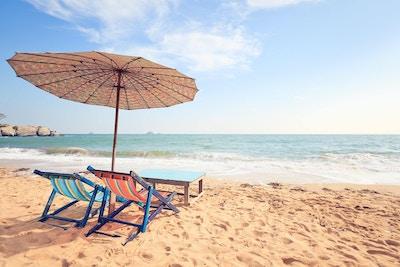 Stoler og parasoll på tropisk strand, Hua Hin