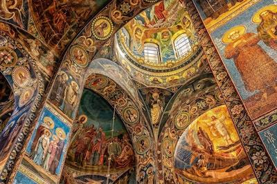 Overdådig interiør i kirke med vegg- og takmalerier