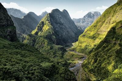 Tropiske daler der elven har gravd seg igjennom