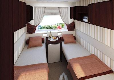Skipslugar med to separate senger og vindu.