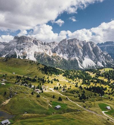 Naturskjønn panoramautsikt over Dolomittene på en solrik dag