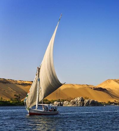 Felukkaseilbåt på elvecruise på Nilen i Egypt.