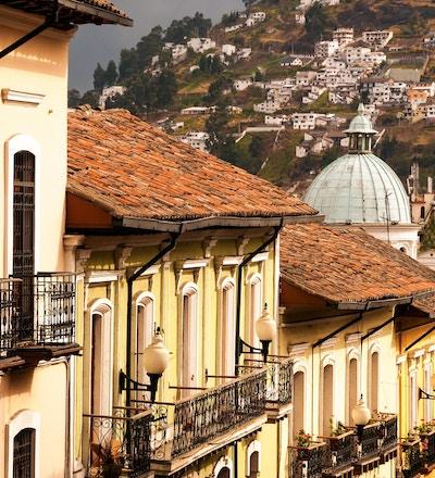 En rekke med historiske kolonibygninger i Quito, Ecuador