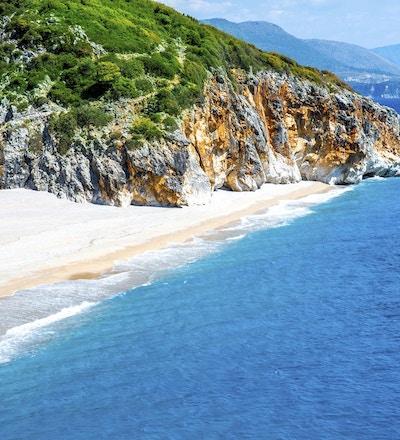 Hvit sandstrand, blått hav og klipper. Kan det bli bedre?