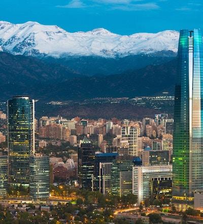 Skyline of Santiago de Chile ved foten av Andesfjellkjeden og bygninger i Providencia-distriktet.