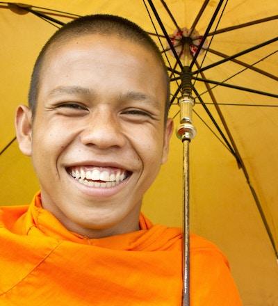 Portrett av en ung munk full av liv (Kambodsja).