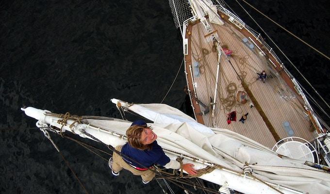 kvinne som er på seilet