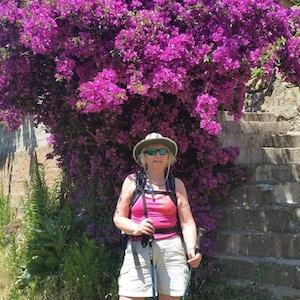 Reiseleder foran blomstrende busk