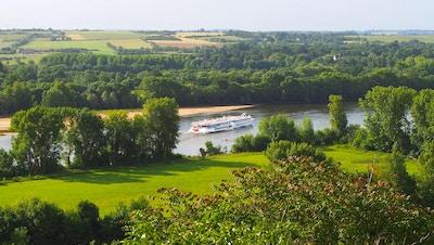 Skipet MS Loire Princesse på elven i den grønne, frodige Loiredalen med åkre i bakgrunnen