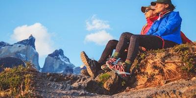 To turgåere i Torres del Paine som sitter og ser på solnedgangen