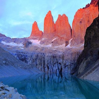 Torres Del Paine-granittens soloppgang og speilet innsjø i det chilenske, majestetiske Patagonia-landskapet