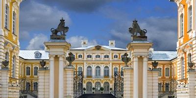 Rundale palass, sommerresidens for hertugen av Courland (Latvia) Ernst Johann Biron. Det ble bygget i 1740. Arkitekt: Francesco Bartolomeo Rastrelli.
