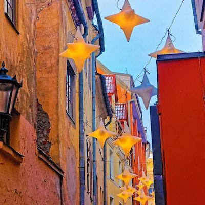 Opplyst gate i den gamle delen av Riga. Juletider i Latvia