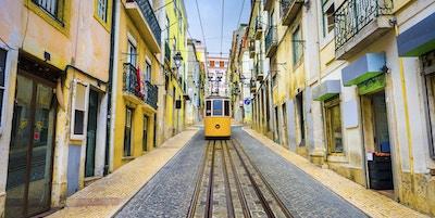 Lisboa, Portugal gamlebygater og gatebil.
