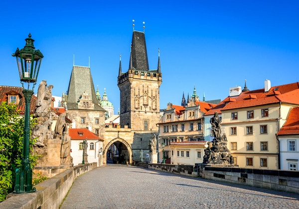 Praha, Tsjekkia. Charles Bridge med statuetten, Lesser Town Bridge Tower og Judith Bridge.