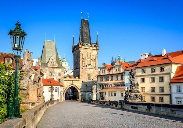 Praha, Tsjekkia. Charles Bridge med statuetten, Lesser Town Bridge Tower og Judith Bridge.