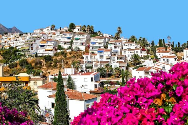 Malaga-provinsen, Costa del Sol, Hus på og på høyden, Europas balkong, blomstrende Bougainvillea furu, dadelpalmer