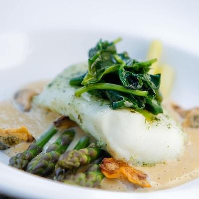 Tallerken med hvit fisk, asparges og saus