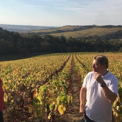 De lokale vinmarkene med Clotilde Davenne (t.v)