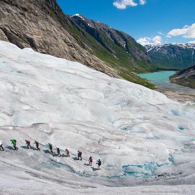 En gruppe brevandrere på vei opp Jostedalsbreen