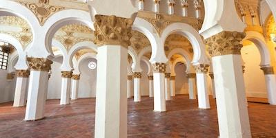Synagogen ble oppført i 1180 og regnes som den eldste synagoge-bygningen i Europa som fremdeles står